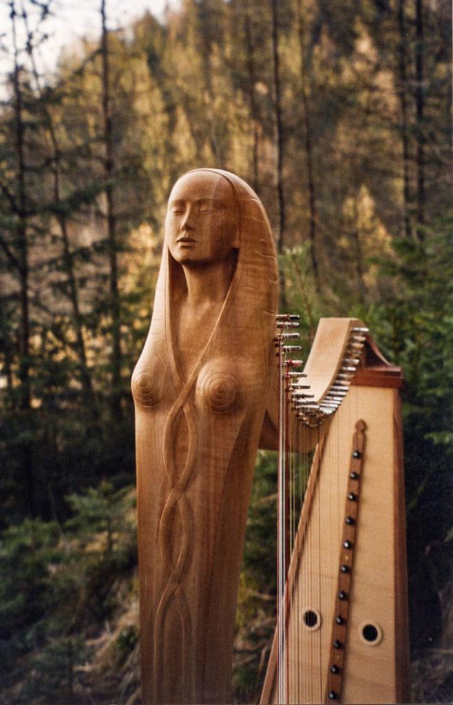 Enheduanna Harfe mit geschnitzter Frau