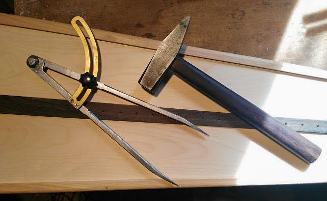 Hammer und Zirkel für den Harfenbau