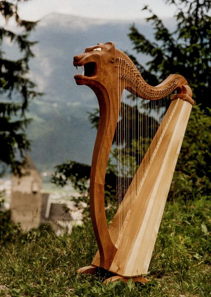 Pumakopf Harfe im Wald