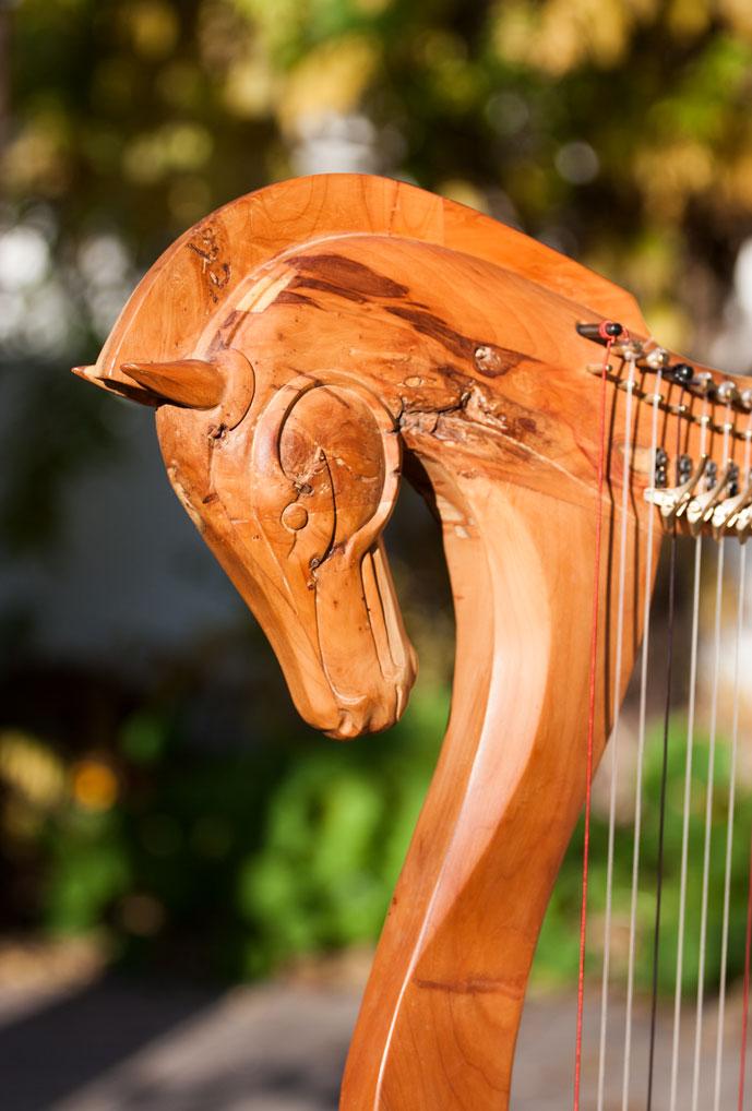 Rohan Harfe mit Pferdekopf geschnitzt