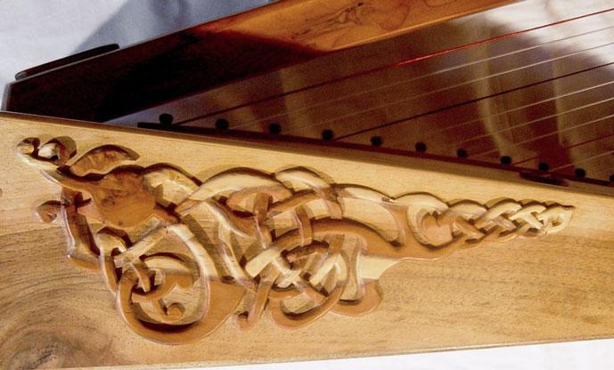 Keltisches Motiv auf einer irischen Harfe