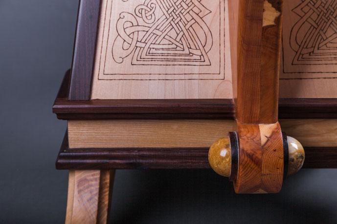 Sockel aus Eschenholz und Palisander