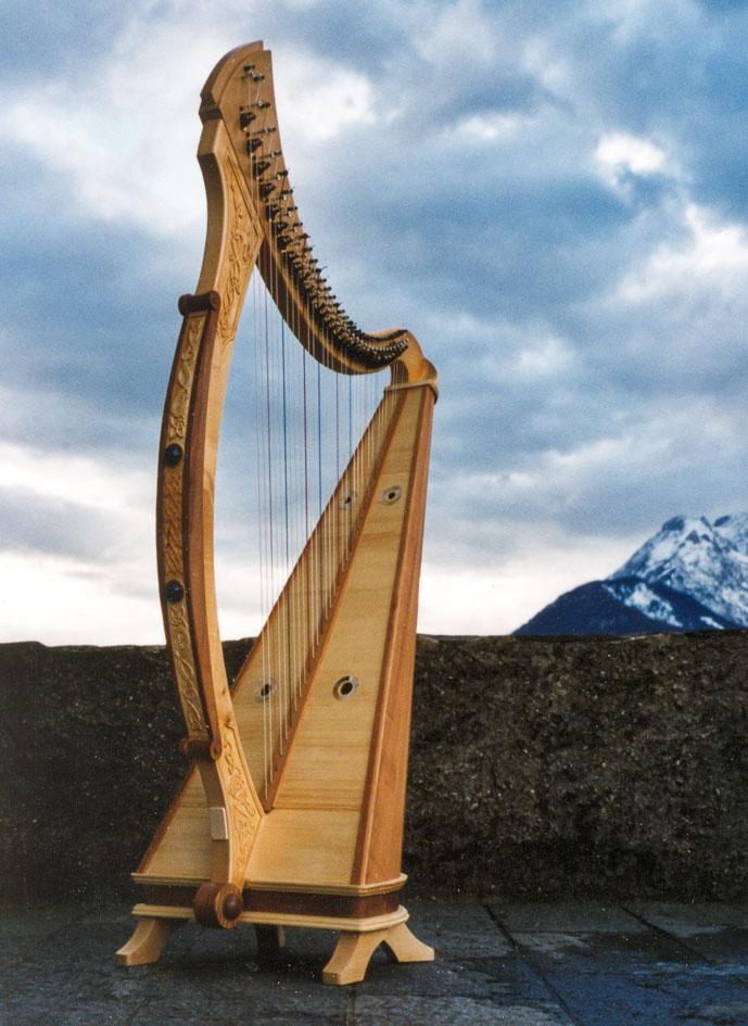 TARA-Harfe: Ahorn, Kirschholz und Fichtendecke