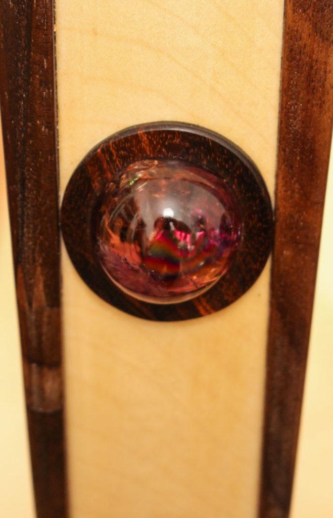 Einsetzen einer Amethyst-Kugel in Palisander / ein kleines Universum von Licht