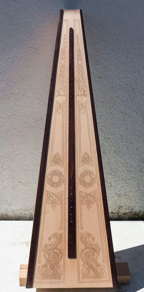 Holzbrandzeichnung auf der Ahorn-Resonanzdecke der Harfe