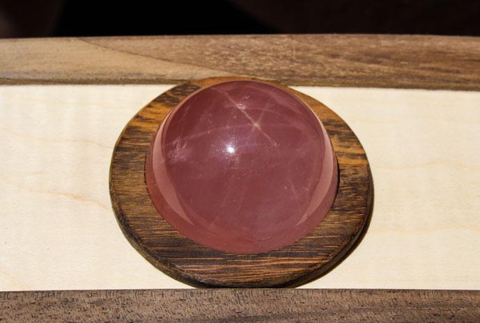 Einsetzen der Rosenquarz-Kugel mit ihrer 3-fach-Lichtspiegelung